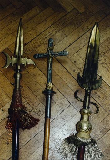 Hallebardes de suisse ; croix de procession