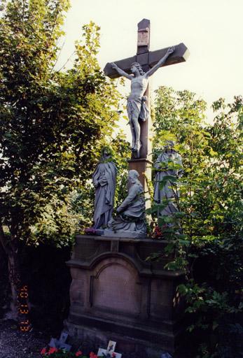 Croix de cimetière, calvaire édicule : Christ en croix, Vierge, saint Jean, sainte Madeleine