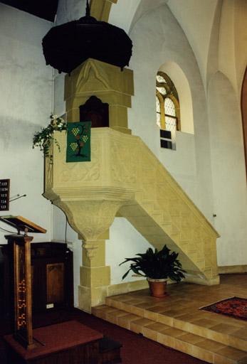 Autel, chaire pastorale et fonts baptismaux protestants