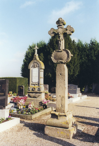 Croix de cimetière : Christ en croix