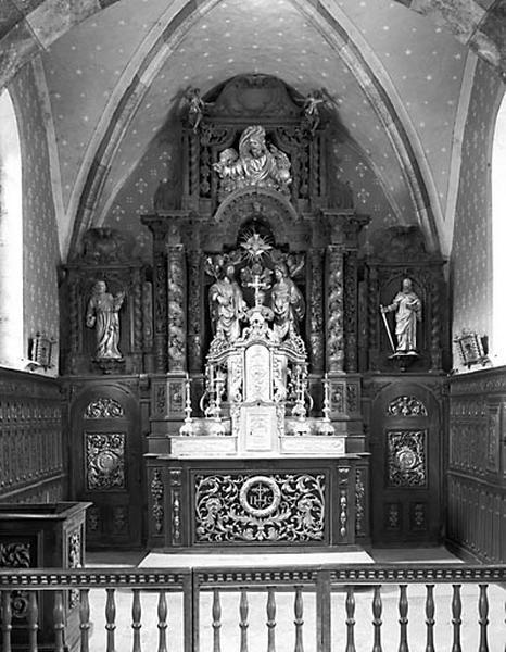 3 autels, 3 retables, 4 reliquaires, 4 chandeliers d'autel (ensemble du mobilier du choeur)