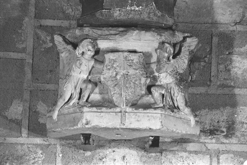 2 socles ornés d'anges scutiphores