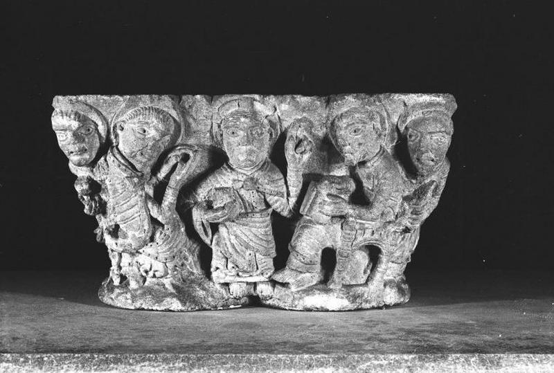 Chapiteau : Le Christ, onze Apôtres (?), sainte Madeleine (?)