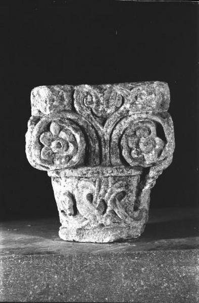 1er chapiteau : représentation végétale inspirée du corinthien