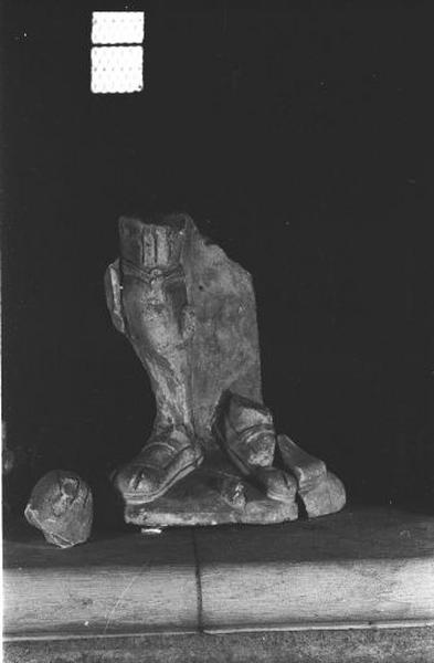Statue (3 fragments) : personnage masculin