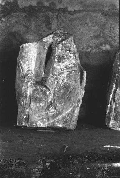 2 fragments d'une statue : soldat (?)