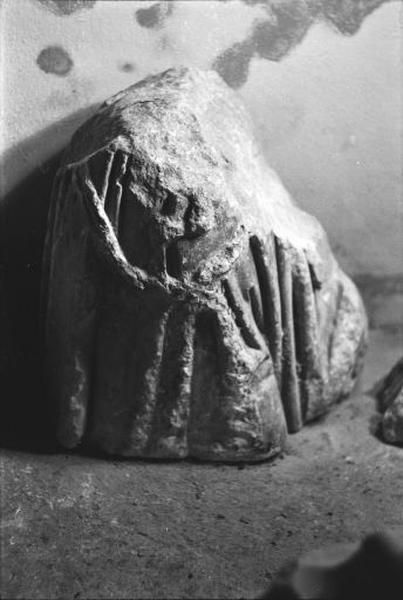 Statue (fragment) : bassin