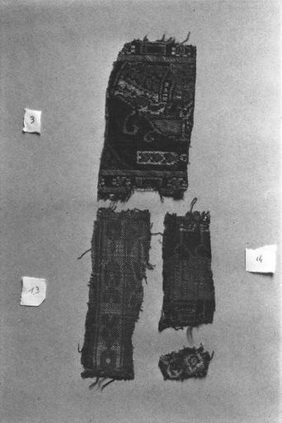 1er ensemble de 4 fragments de pièces de tissus de soie