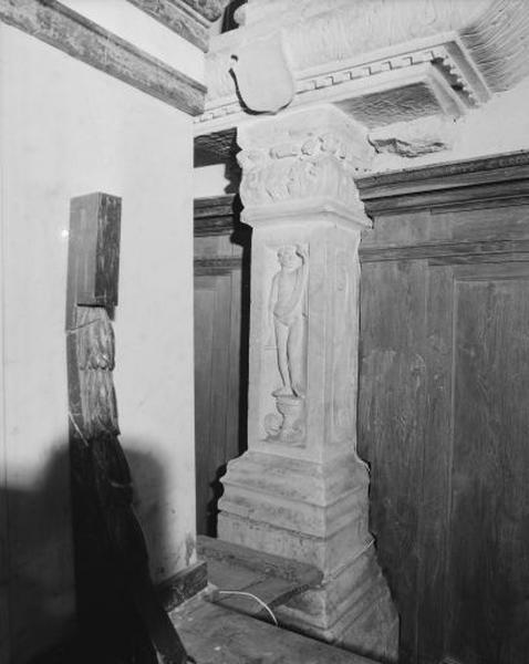 Pilier, bas-relief