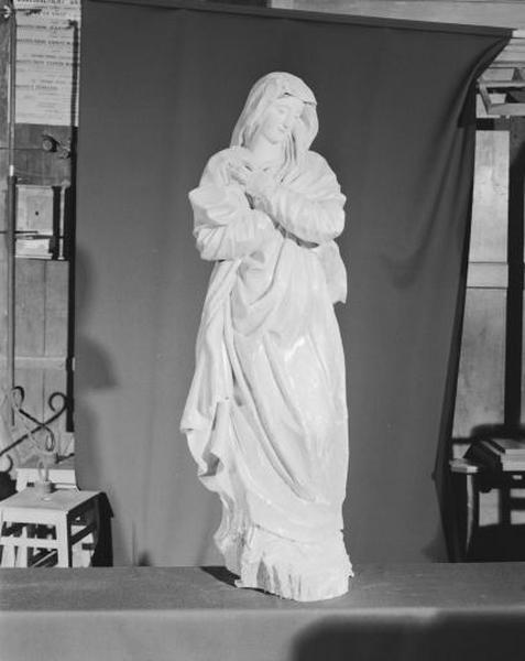 Statue : la Vierge en prière