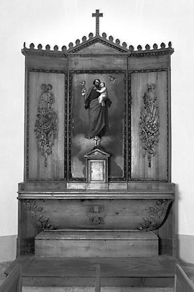 2 autels, 2 retables, 2 tabernacles, 2 gradins, 2 croix (autels secondaires)