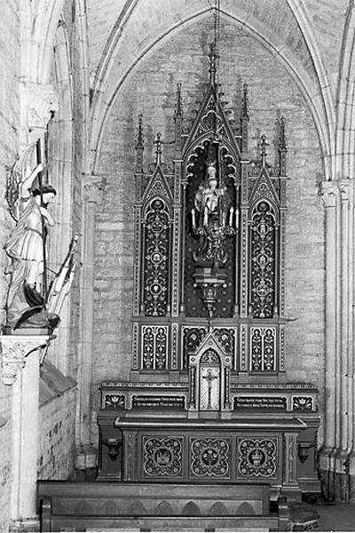 2 autels, 2 retables, 2 gradins d'autel, 2 tabernacles (autels secondaires)