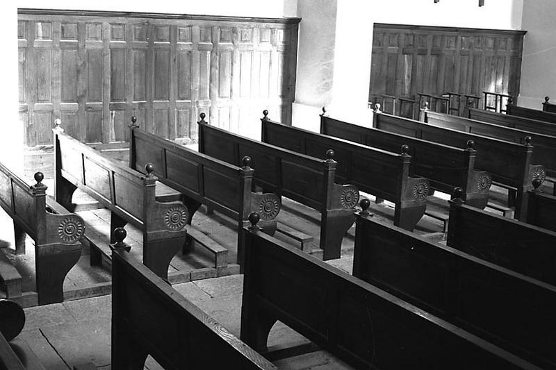 28 bancs de fidèles, lambris de demi-revêtement