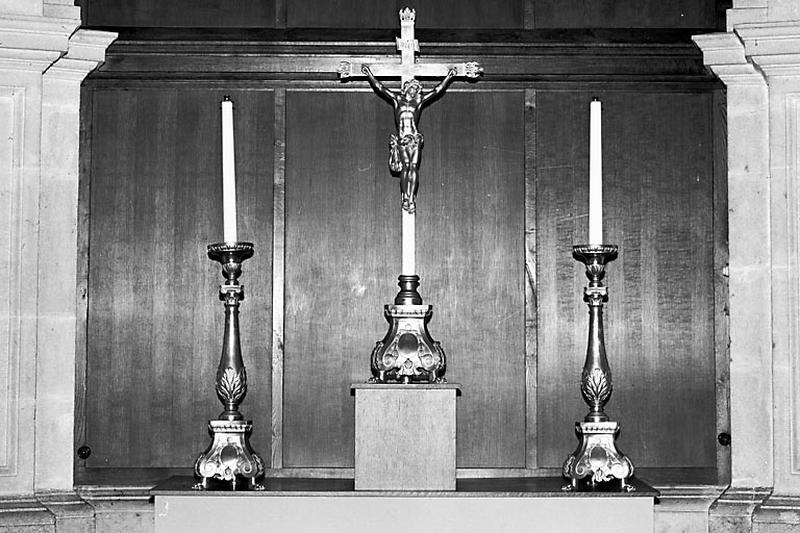 2 chandeliers d'autel et croix d'autel