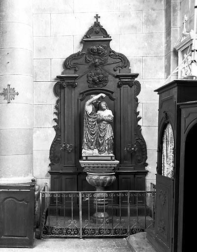 Fonts baptismaux, 2 retables, groupe sculpté, statue