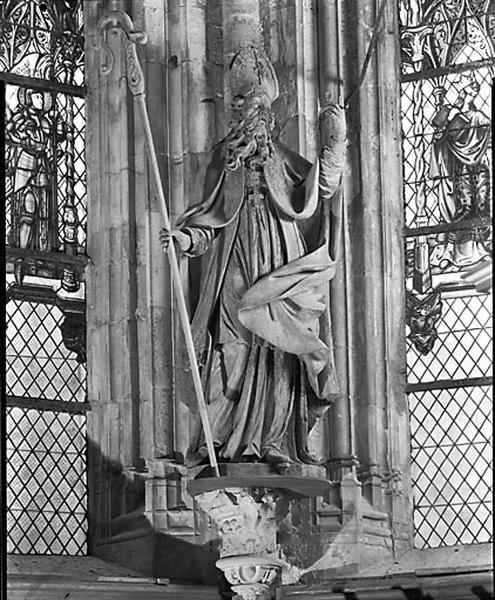2 statues : évêque et prêtre