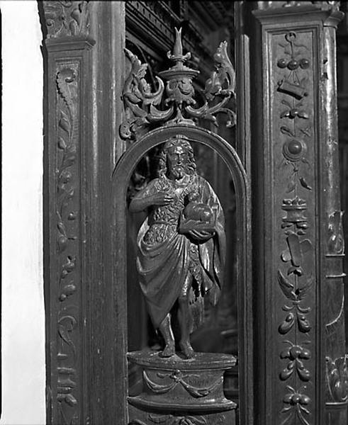 8 bas-reliefs, 6 statues et 8 groupes sculptés des jouées des stalles