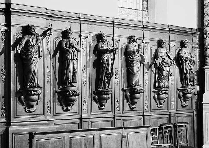 Lambris de revêtement et 12 statues des apôtres