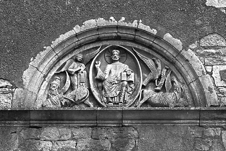 Tympan : le Christ en majesté accompagné des symboles des quatre Evangélistes