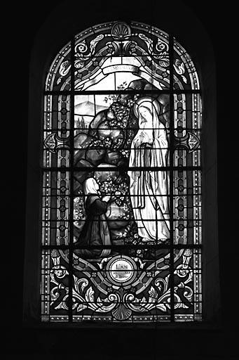 6 verrières (baies 1 à 6) : la Vierge, le Christ, saint Barthélémy, saint Matthieu, saint Joseph et l'Enfant Jésus, l'Apparition de la Vierge à sainte Bernadette de Lourdes