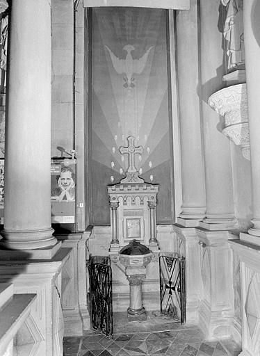 Fonts baptismaux, peinture murale, armoire