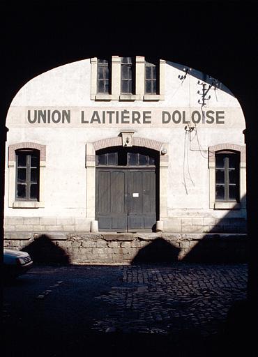Hôtel, distillerie dite distillerie Morel-Perron, puis fromagerie, laiterie industrielle, actuellement entrepôt public