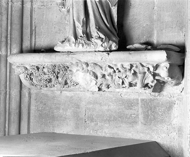 9 consoles d'architecture du monument funéraire d'Amé de Chalon