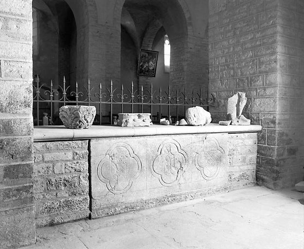 10 dalles de pavement aux armes et initiale d'Amé de Chalon