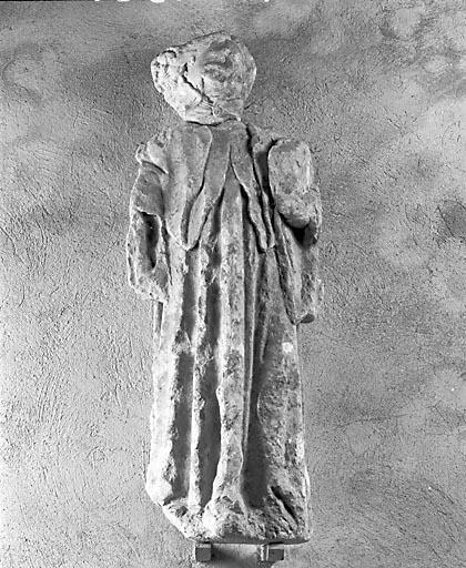 2 statues : anges tenant les instruments de la Passion