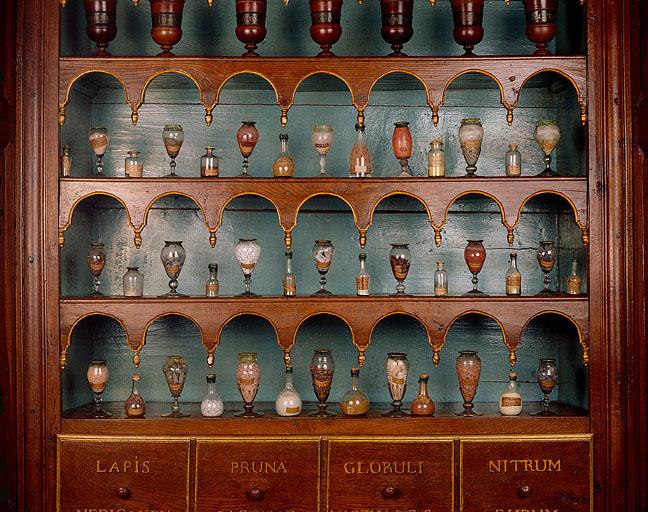 ensemble de 40 pots à pharmacie en verre de l'apothicairerie (non étudiés)