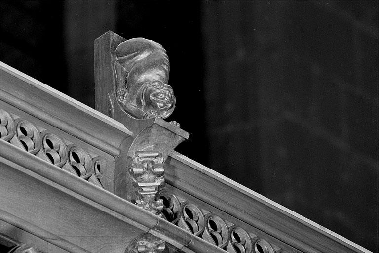 23 statuettes des crêtes des stalles sud