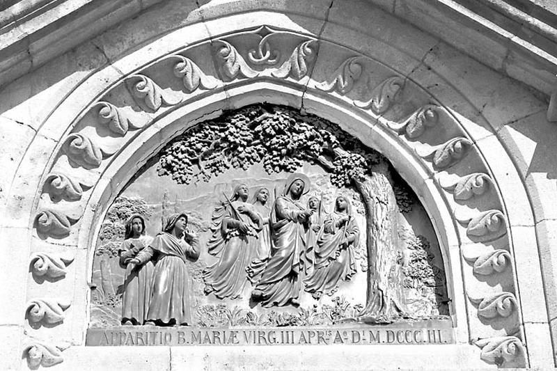 tympan : l'Apparition de la Vierge à Cécile Mille