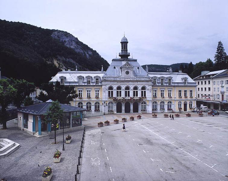 Hôtel de ville, groupe scolaire, école professionnelle, tribunal, musée