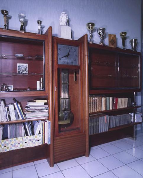 armoire-bibliothèque (vitrine), étagère-bibliothèque et horloge