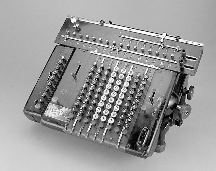 Instrument de calcul mécanique (machine à calculer Metal)