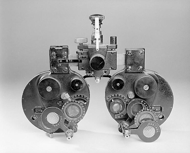 3 instruments de mesure des angles en optique et d'ophtalmologie (phoroptères dits réfracteurs ou réfractomètres)