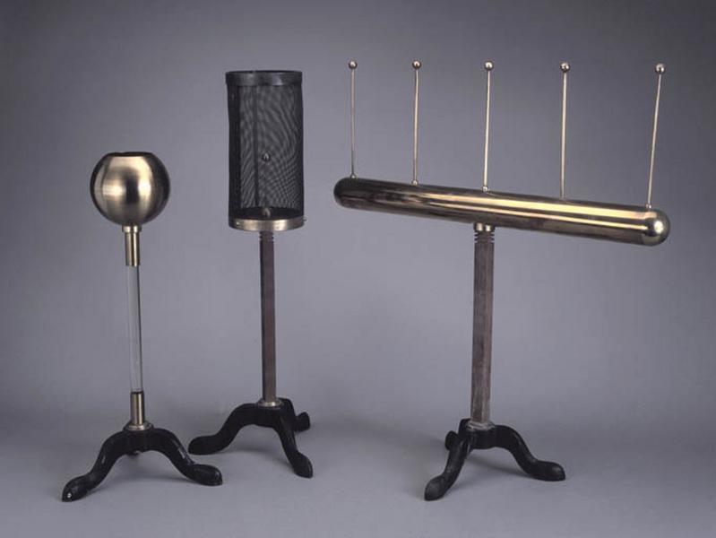 3 instruments de démonstration en électrostatique (cylindre isolé d'Aepinus, sphère creuse de Coulomb et cage de Faraday)