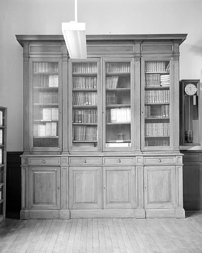 Table et 10 armoires-bibliothèques