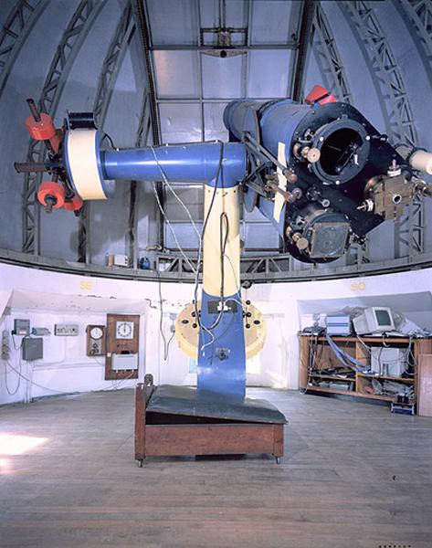 Lunette astronomique et instrument d'enregistrement (lunette équatoriale dite astrographe triple)