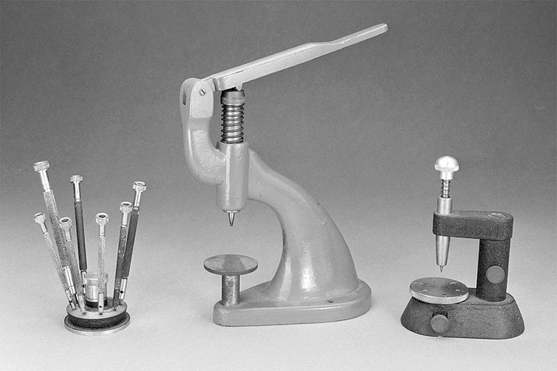 Outils d'horloger (2 potences à chasser, 7 tournevis et leur socle)