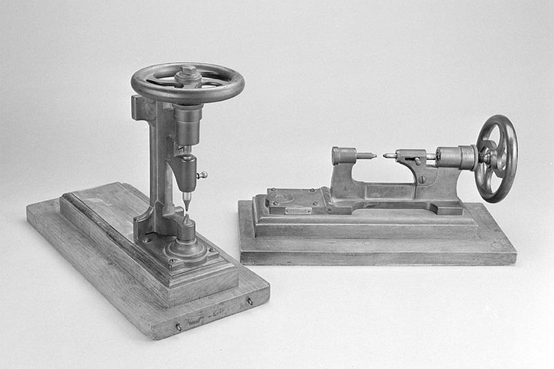 2 machines à estampiller Hérique