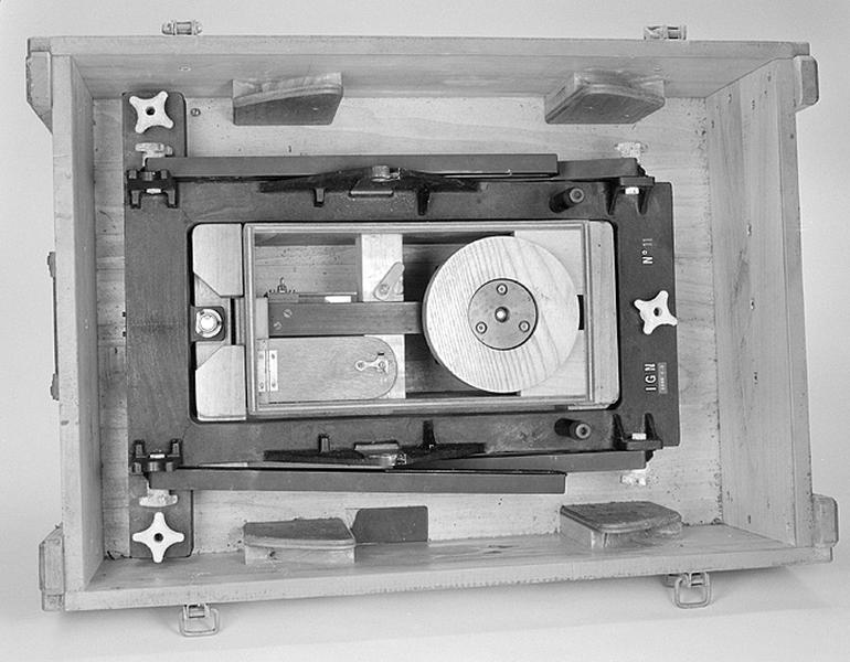 Instrument d'enregistrement et appareil de prise de vue (chambre photographique Kinoptik avec sa monture azimutale)