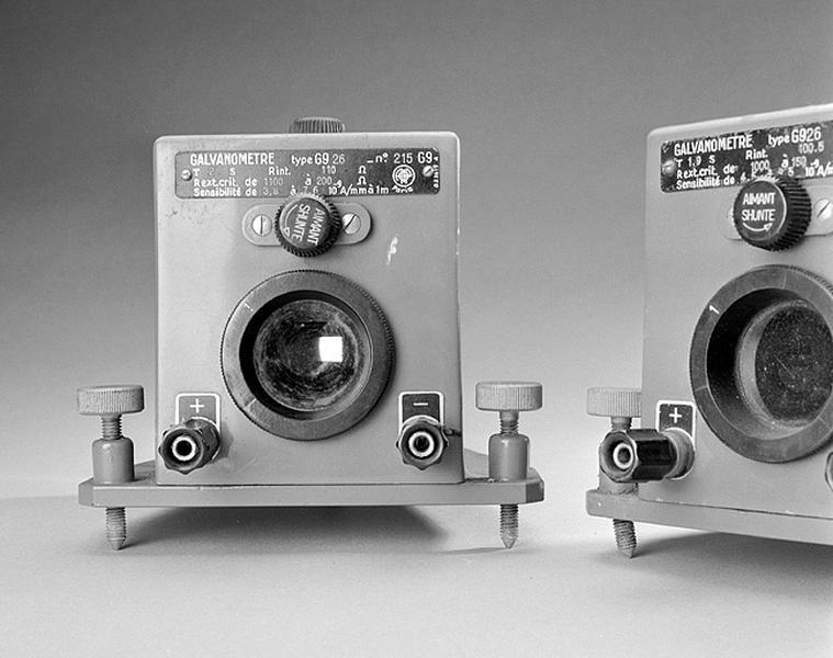 2 instruments de mesure de forces électromotrices (galvanomètres AOIP)