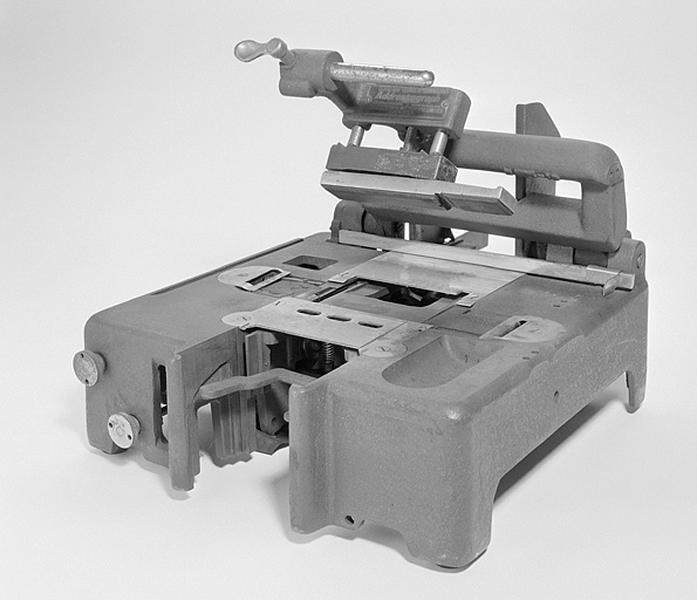 Machine à imprimer à encre liquide (adressographe)