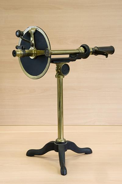 Instrument de mesure des angles de polarisation (saccharimètre à pénombre Laurent)