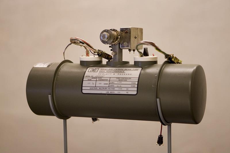Générateur d'ondes (étalon de fréquence atomique) et horloge atomique Hewlett-Packard 5061A