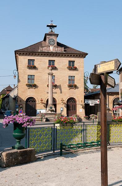 Mairie, école, halle, tribunal, collège actuellement mairie et musée