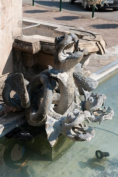 Fontaine, abreuvoir de la mairie.