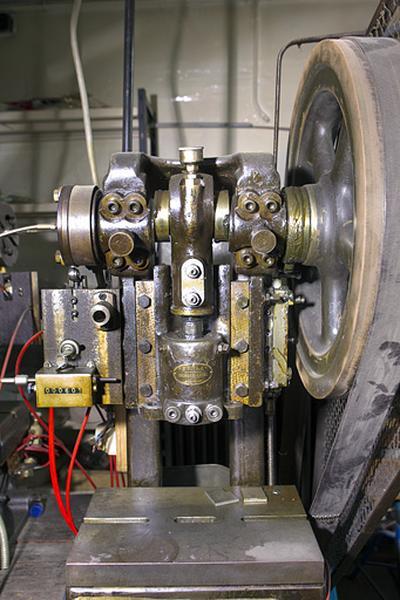 2 machines à découper, estamper et marquer (presses à excentrique Richert-Laval modèle Perla)