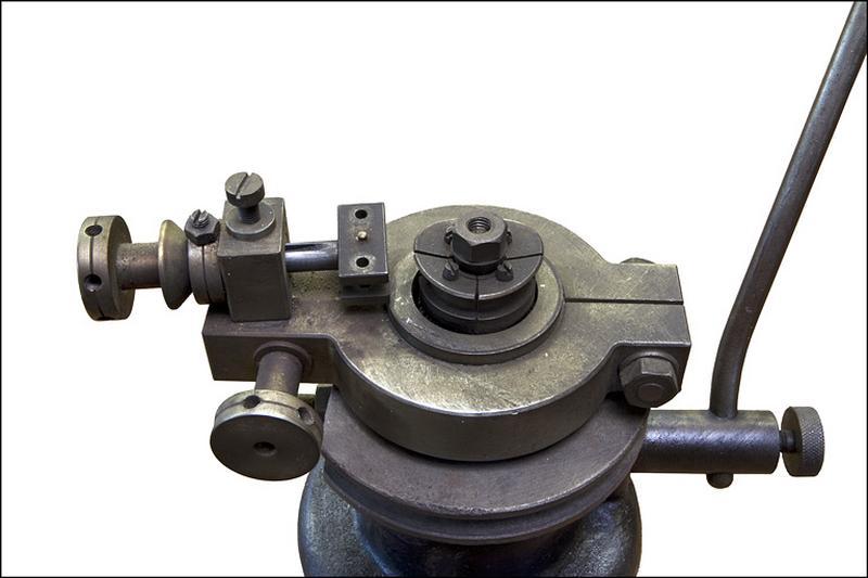 2 machines à cintrer les cercles de lunettes Cathenoz et Cie dites machines à ménisquer